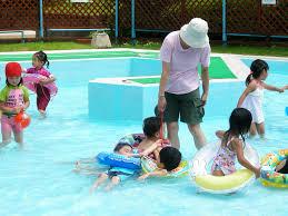 プール   幼稚園のお友達と、幼児用プールへ。いつも仲良しのこうたくん、ひろきくんと3人でいつも固まっていました   sawamur   Flickr