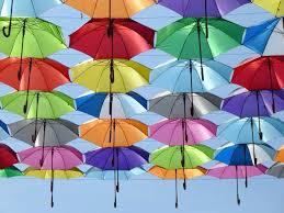 フリー写真画像: 空、ストリート、傘、色、赤、緑、黄色、青